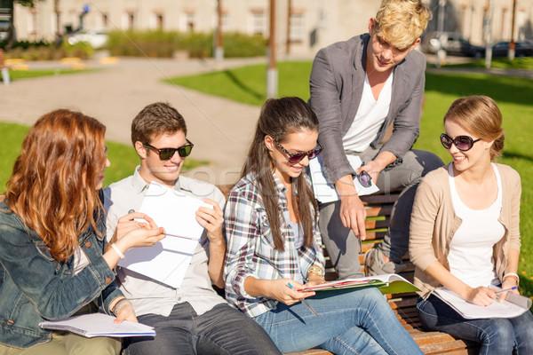 Foto stock: Grupo · estudiantes · adolescentes · colgante · fuera · verano