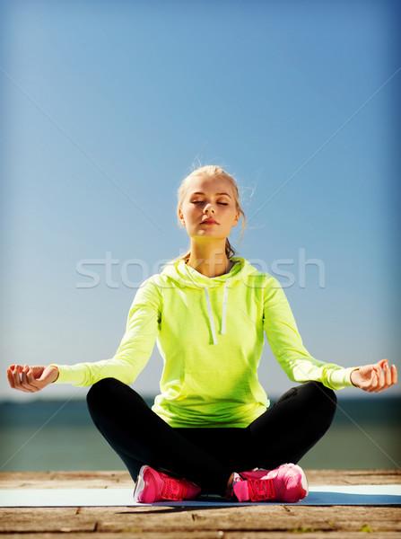 Donna yoga esterna sport stile di vita cielo Foto d'archivio © dolgachov