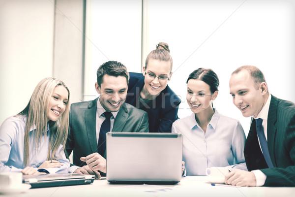 ビジネスチーム ノートパソコン 議論 ビジネス 技術 オフィス ストックフォト © dolgachov