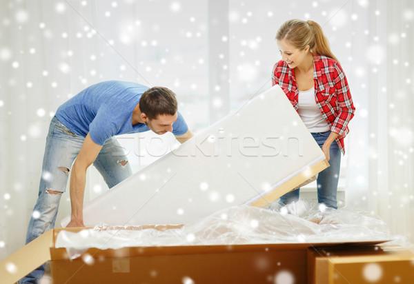 Uśmiechnięty para otwarcie duży karton sofa Zdjęcia stock © dolgachov