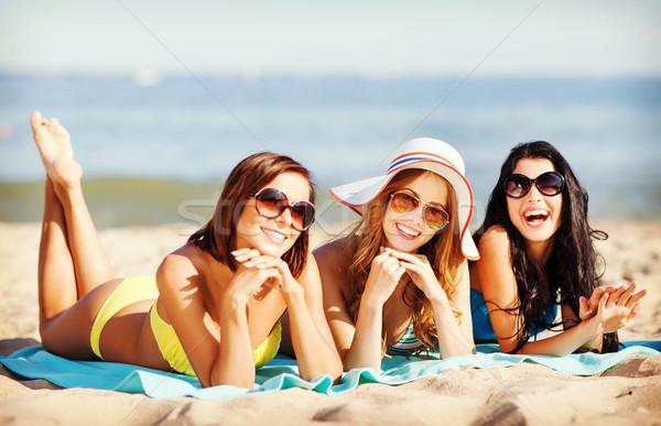 Ninas tomar el sol playa verano vacaciones vacaciones Foto stock © dolgachov