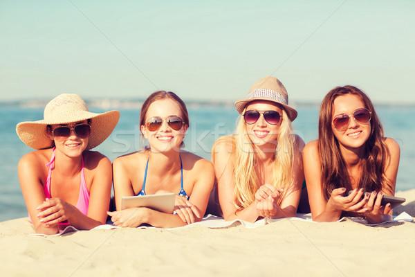 Сток-фото: группа · улыбаясь · пляж · Летние · каникулы · путешествия