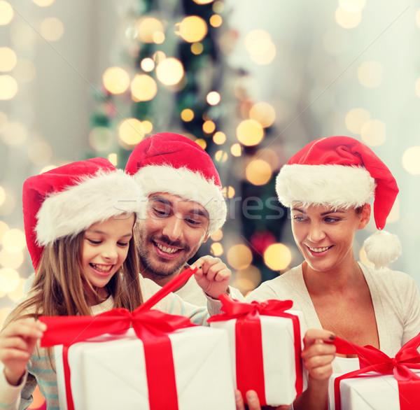 Familia feliz sesión cajas de regalo familia Foto stock © dolgachov