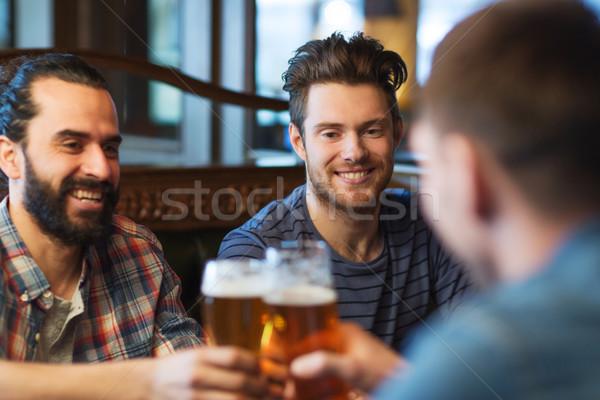 Feliz masculina amigos potable cerveza bar Foto stock © dolgachov