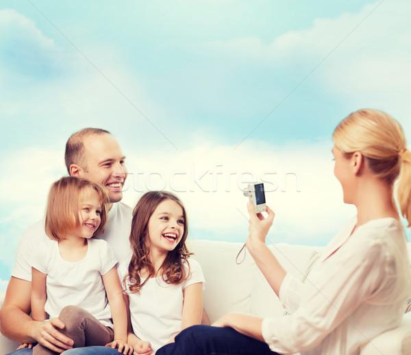 famille heureuse cam ra maison famille technologie personnes photo stock syda. Black Bedroom Furniture Sets. Home Design Ideas