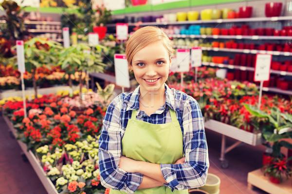 Feliz mujer flores invernadero personas jardinería Foto stock © dolgachov