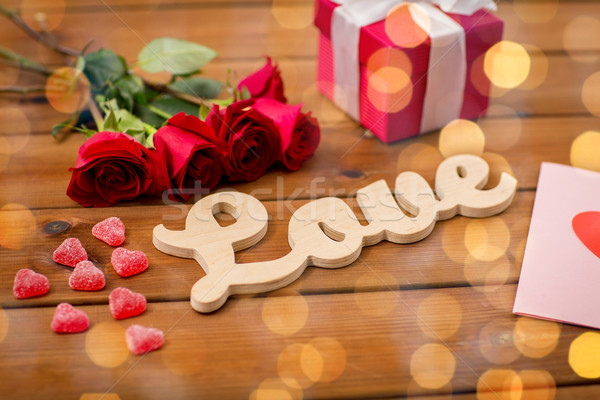 Geschenkdoos rode rozen wenskaart romantiek valentijnsdag Stockfoto © dolgachov