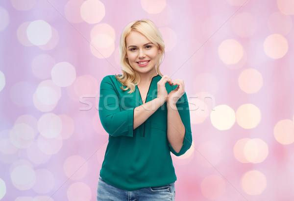 Stockfoto: Glimlachend · jonge · vrouw · shirt · tonen · hartvorm · liefde