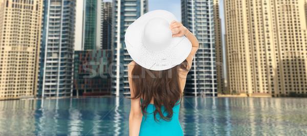 Vrouw Maakt een reservekopie Dubai stad zwembad Stockfoto © dolgachov
