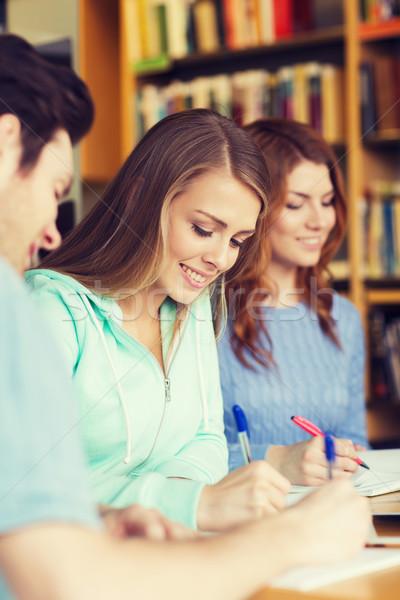 Stok fotoğraf: Öğrenciler · sınav · yazı · kütüphane · insanlar · bilgi