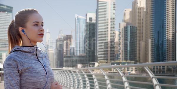 Feliz mulher corrida Dubai cidade Foto stock © dolgachov