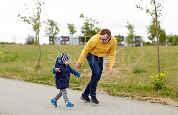 Boldog apa kicsi fiú sétál kint Stock fotó © dolgachov