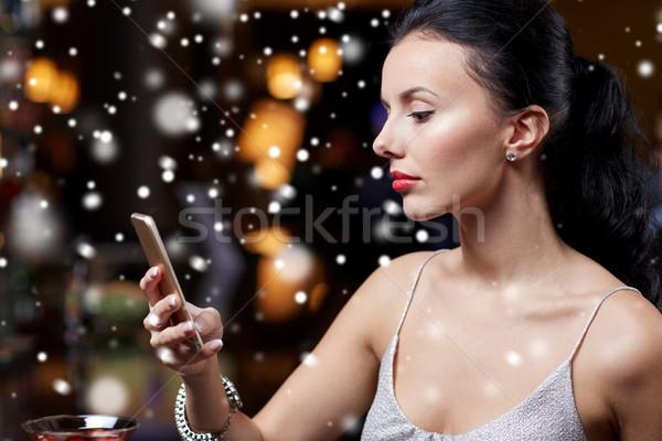Jonge vrouw smartphone nachtclub bar technologie christmas Stockfoto © dolgachov