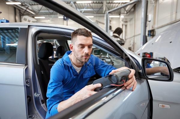 Mecánico hombre diagnóstico escáner coche tienda Foto stock © dolgachov