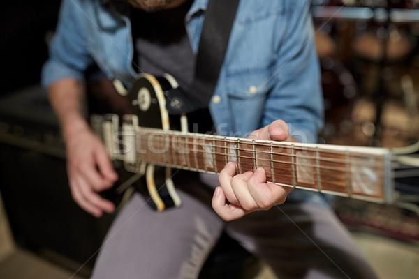 Uomo giocare chitarra studio prova musica Foto d'archivio © dolgachov