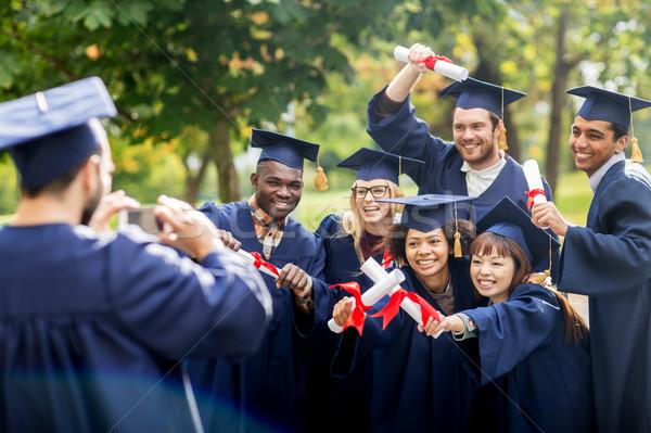 Studenten bachelors smartphone onderwijs afstuderen Stockfoto © dolgachov