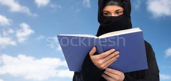 Moslim vrouw hijab lezing boek hemel Stockfoto © dolgachov