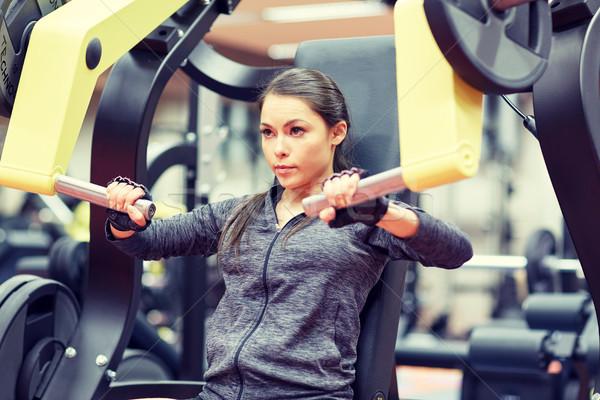 Vrouw spieren borst druk gymnasium machine Stockfoto © dolgachov