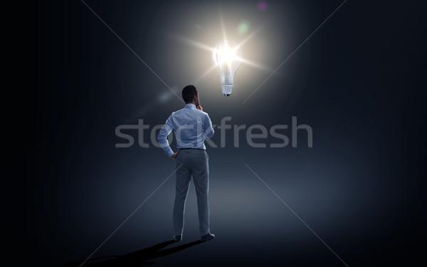 Zakenman naar verlichting lamp donkere zakenlieden Stockfoto © dolgachov
