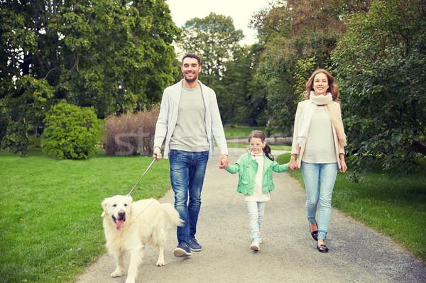 Familia feliz labrador retriever perro parque familia mascota Foto stock © dolgachov