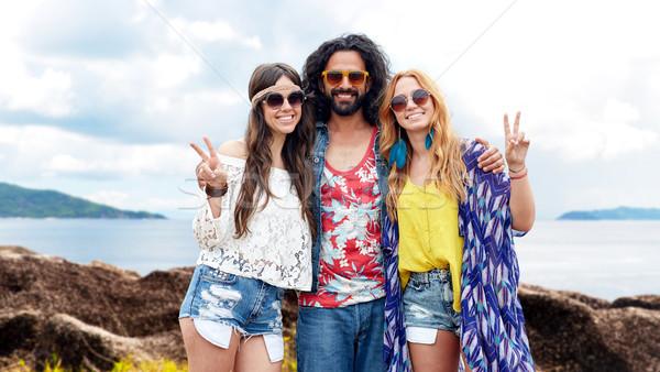 Szczęśliwy hippie znajomych pokoju lata Zdjęcia stock © dolgachov
