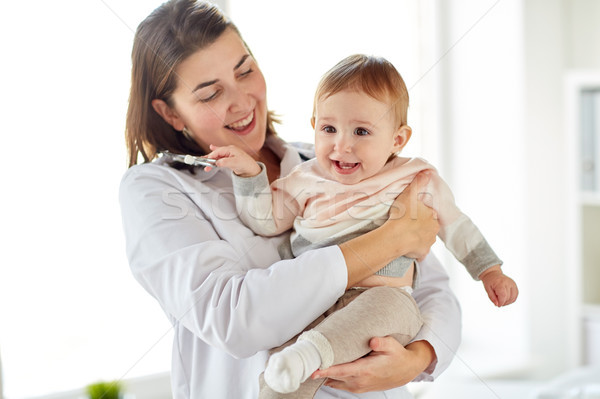 Arts kinderarts baby kliniek geneeskunde Stockfoto © dolgachov