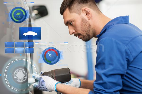 Mécanicien tournevis voiture pneu Ouvrir la réparation Photo stock © dolgachov