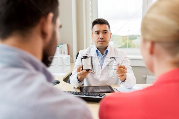Orvos mutat gyógyszer család pár klinika Stock fotó © dolgachov