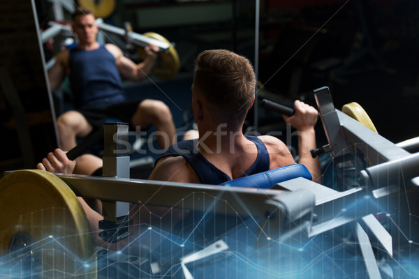 Homme poitrine presse exercice machine gymnase Photo stock © dolgachov