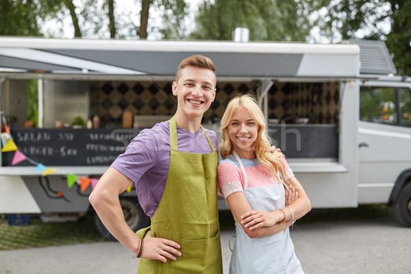 Heureux couple jeunes alimentaire camion rue Photo stock © dolgachov