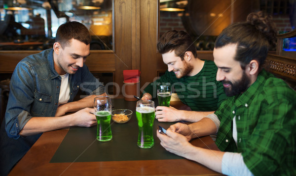 Vrienden groene bier pub St Patrick's Day technologie Stockfoto © dolgachov