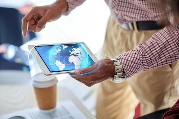 üzletember táblagép Föld hologram üzletemberek technológia Stock fotó © dolgachov