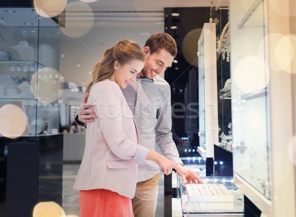Felice Coppia anello di fidanzamento mall vendita Foto d'archivio © dolgachov