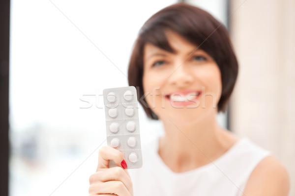 Giovani bella donna pillole foto donna medici Foto d'archivio © dolgachov
