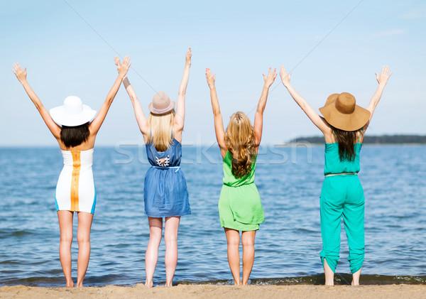Meisjes naar zee handen omhoog zomer vakantie Stockfoto © dolgachov