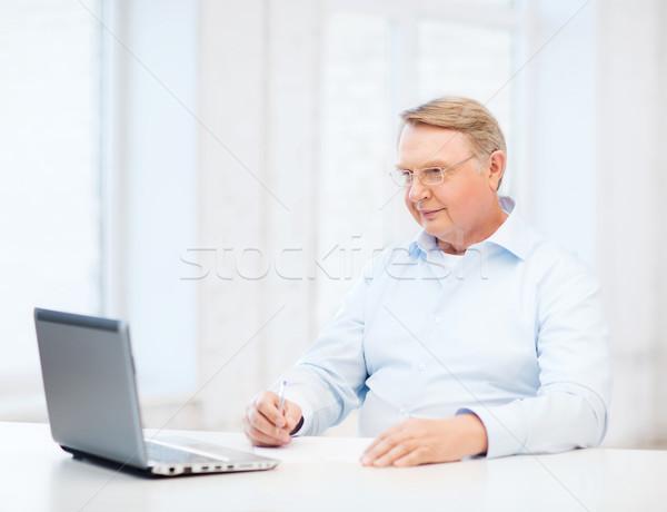 Idős férfi szemüveg tömés űrlap otthon üzlet Stock fotó © dolgachov