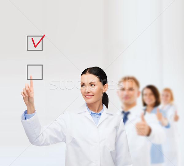 笑みを浮かべて 女性 医師 ポインティング チェックボックス 医療 ストックフォト © dolgachov