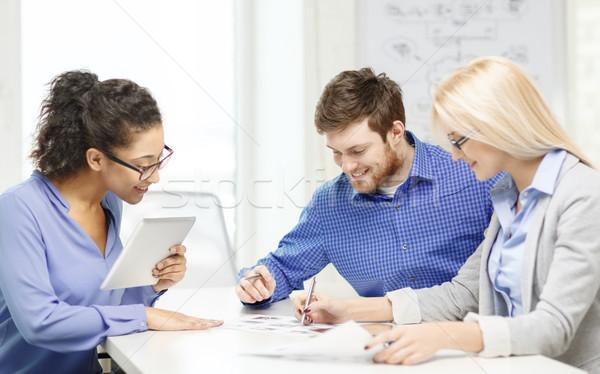Sonriendo equipo mesa pc documentos de trabajo Foto stock © dolgachov