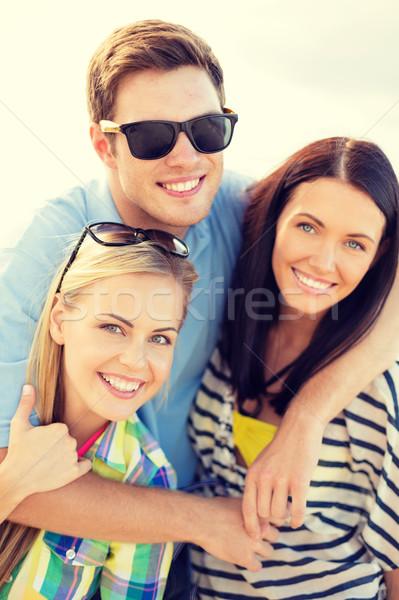Foto d'archivio: Gruppo · amici · spiaggia · estate · vacanze