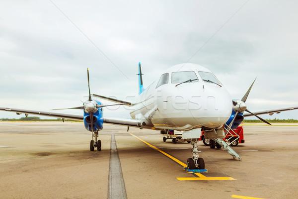 Repülőgép repülőtér turizmus közlekedés kifutópálya égbolt Stock fotó © dolgachov