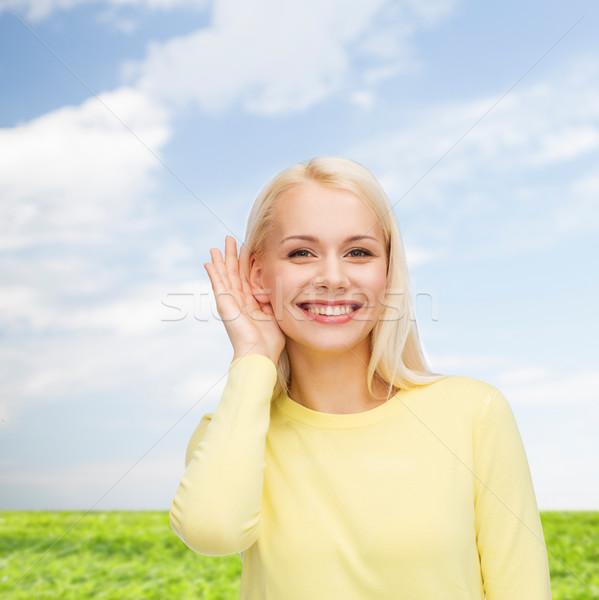 Sorridente mulher jovem escuta fofoca comunicação pessoas Foto stock © dolgachov
