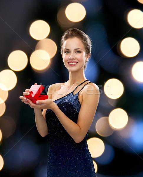 Foto d'archivio: Donna · sorridente · rosso · scatola · regalo · vacanze · presenta