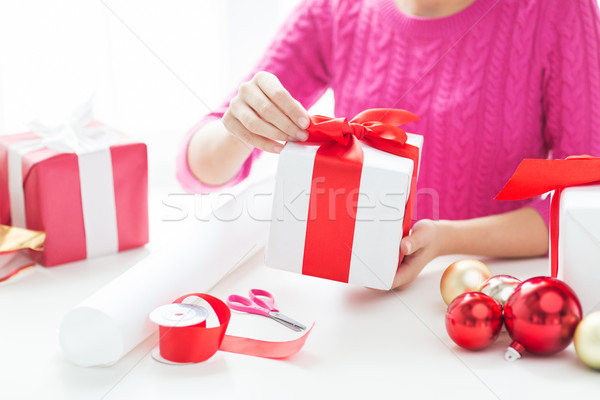 Kobieta christmas przedstawia wakacje ludzi Zdjęcia stock © dolgachov