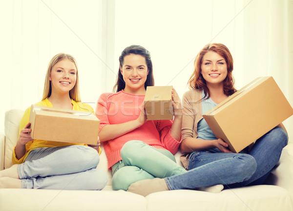 Stockfoto: Glimlachend · tienermeisjes · karton · dozen · home · vervoer