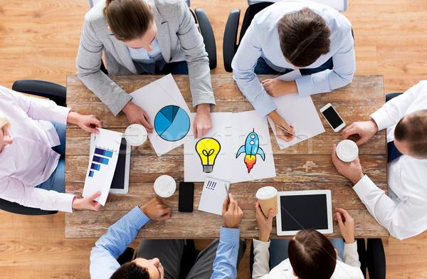 Foto stock: Equipe · de · negócios · café · documentos · pessoas · de · negócios · planejamento