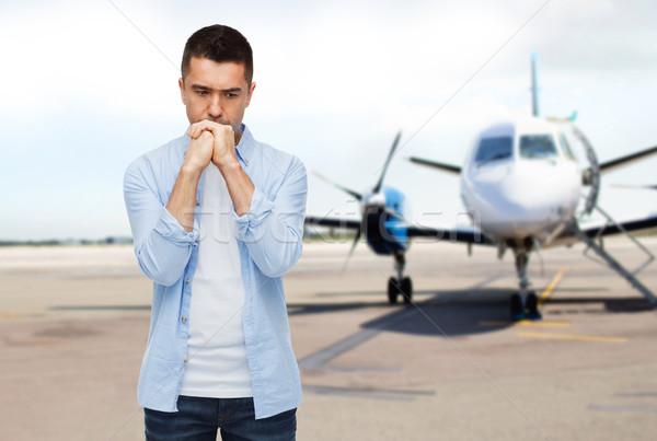 Férfi gondolkodik repülőgép kifutópálya fóbia félelem Stock fotó © dolgachov