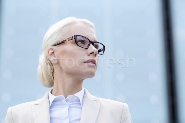Jovem empresária prédio comercial pessoas de negócios educação mulher Foto stock © dolgachov