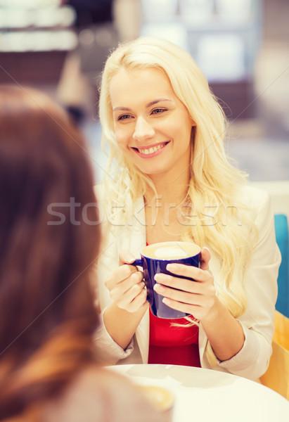 Foto stock: Sorridente · mulheres · xícara · de · café · shopping · café · bebidas
