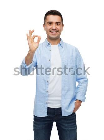 Glimlachend man tonen handteken geluk Stockfoto © dolgachov