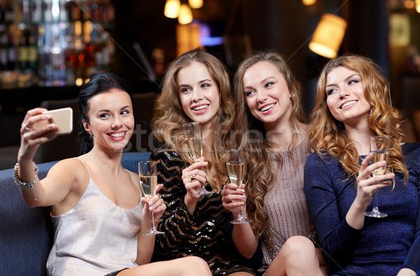 Donne champagne night club celebrazione amici Foto d'archivio © dolgachov